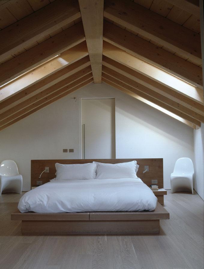 Il fascino di un edificio antico - Camera da letto in mansarda bassa ...