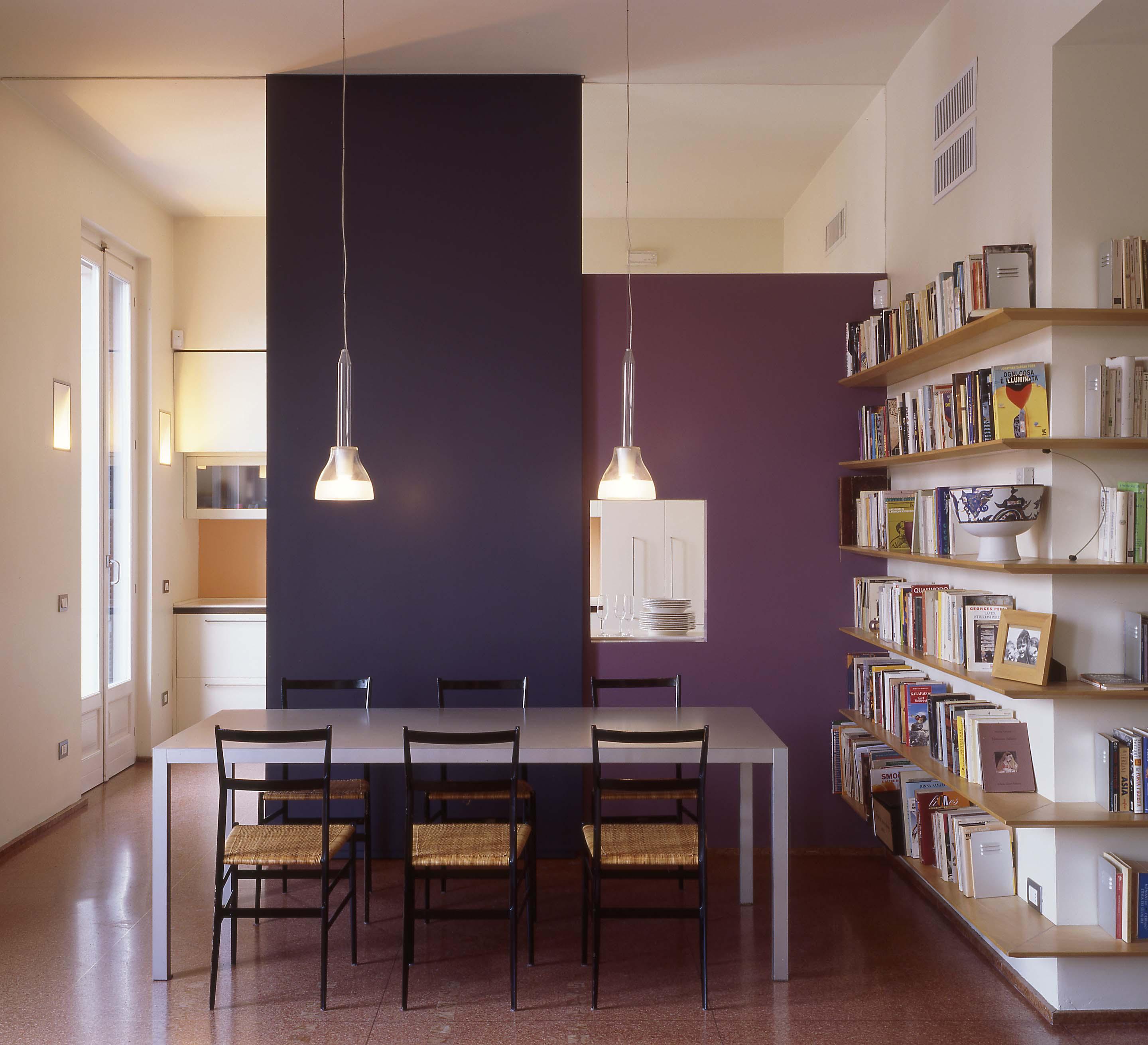 Una favolosa mansarda affacciata su milano - Stanze da pranzo moderne ...