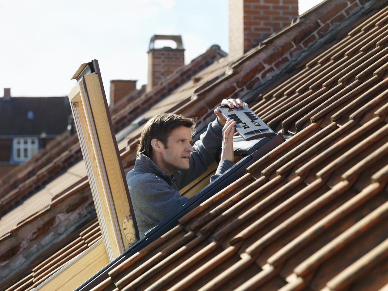 Come trasformare una finestra per tetti manuale in una for Listino prezzi velux