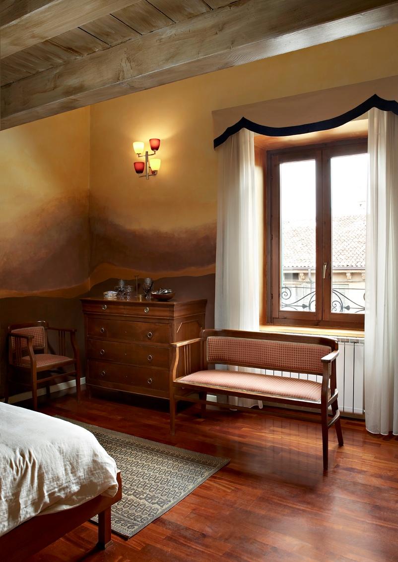 Colori per arredare una mansarda originale di design con for Camera da letto matrimoniale in mansarda