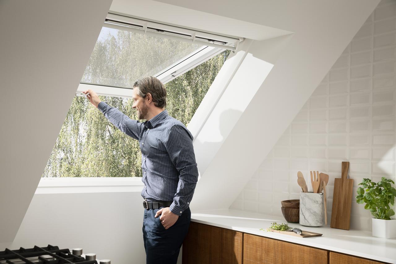 Sostituzione del vetro di una finestra da tetto for Finestre velux foto
