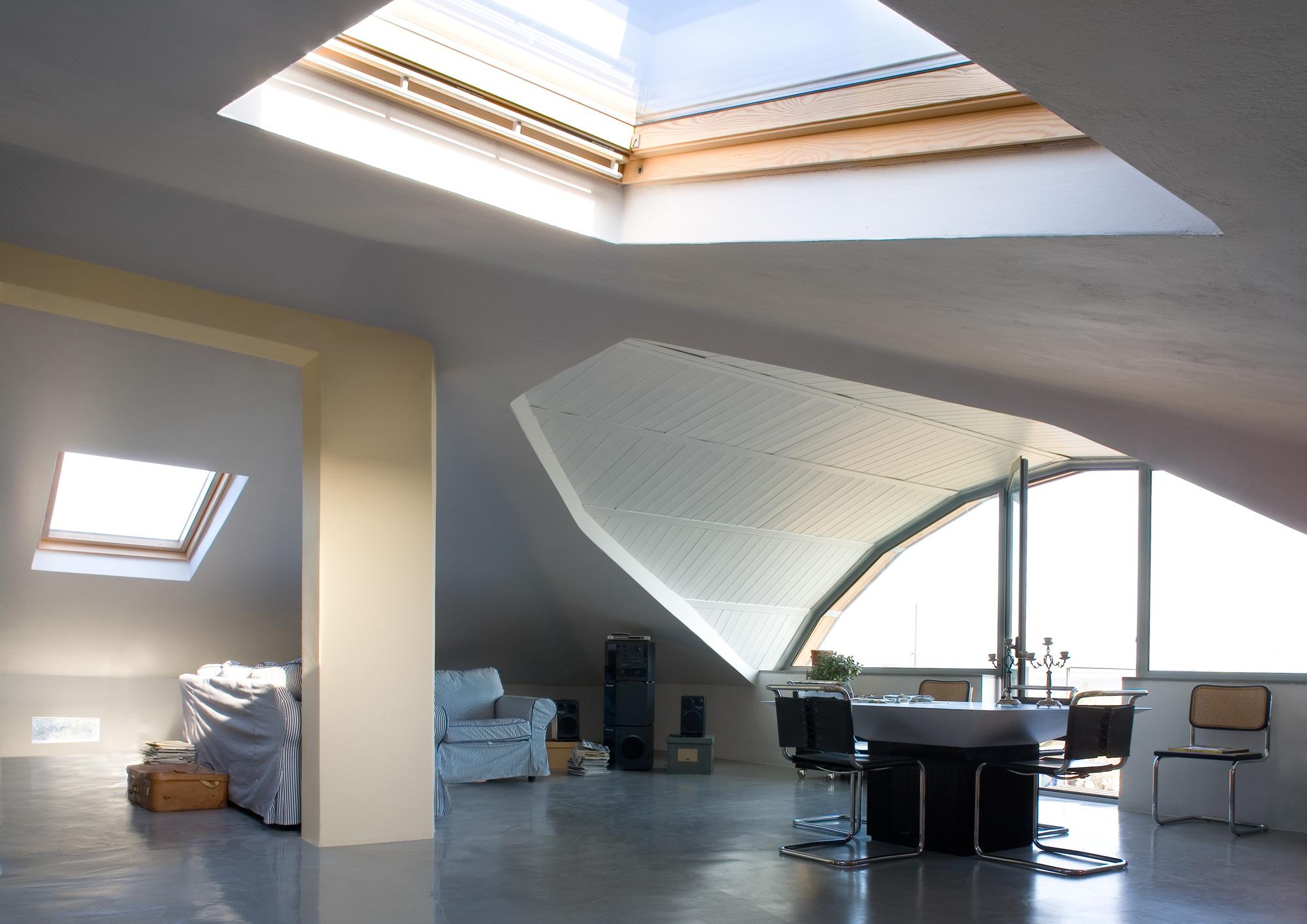 Un luminoso open space nel sottotetto for Stili di progettazione del piano casa della nigeria