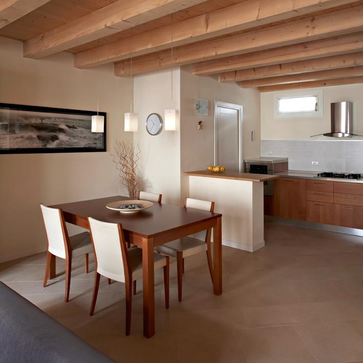 Tetto in legno per una mansarda luminosa e accogliente - Come rinnovare una cucina in legno ...