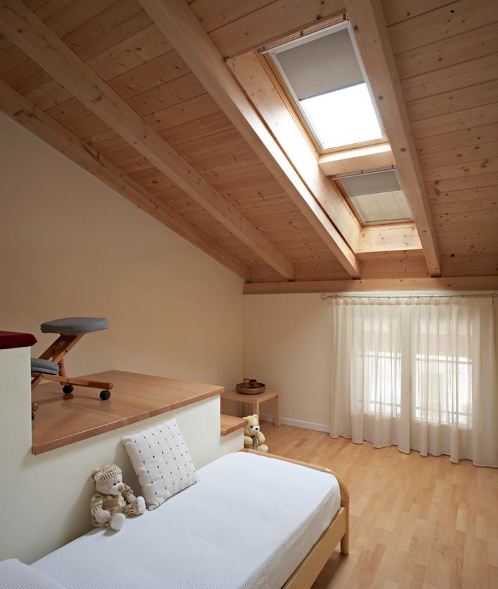 Tetto in legno per una mansarda luminosa e accogliente for Mansarda in legno bianco