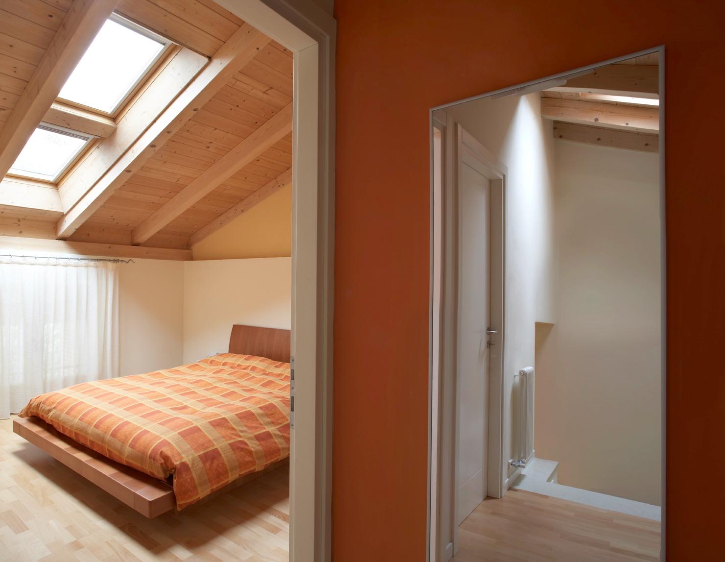 Tetto in legno per una mansarda luminosa e accogliente for Camera matrimoniale e piani bagno