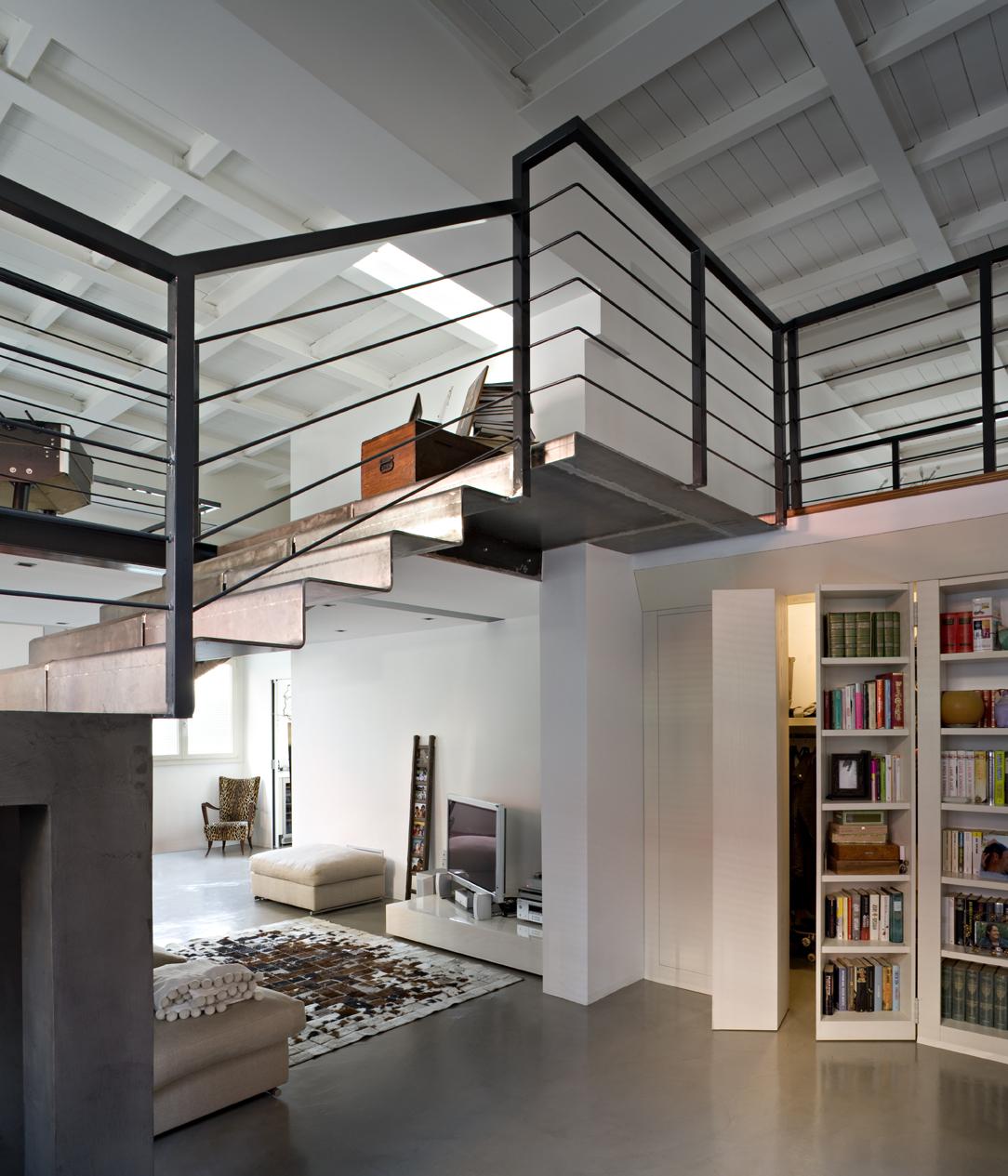 Open space con zona notte mansardata for Arredamento moderno mansarda