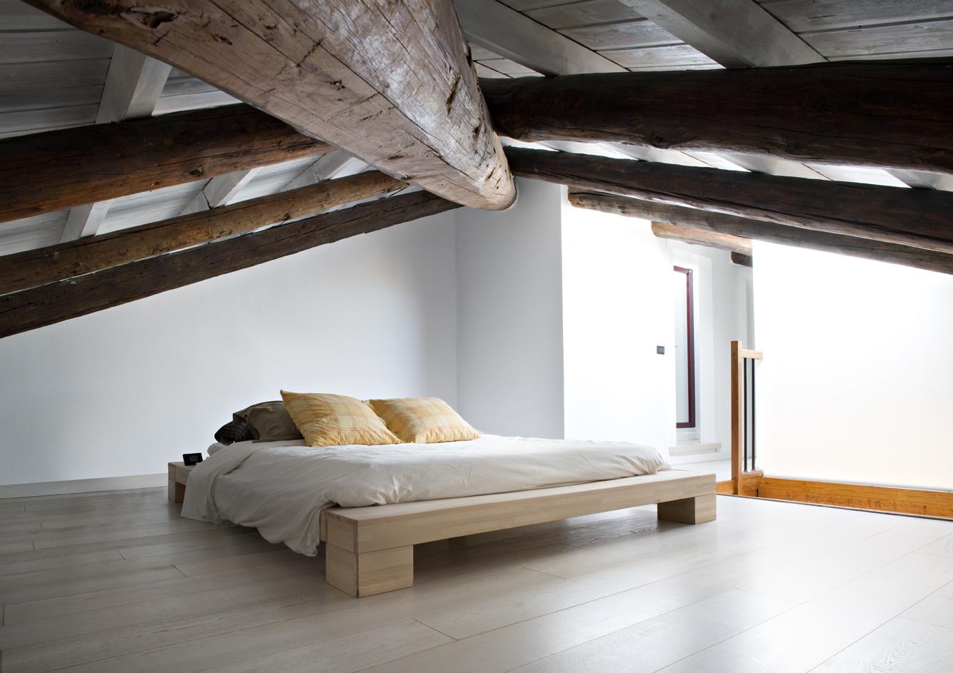 Una mansarda con terrazzo for Camera da letto matrimoniale in mansarda