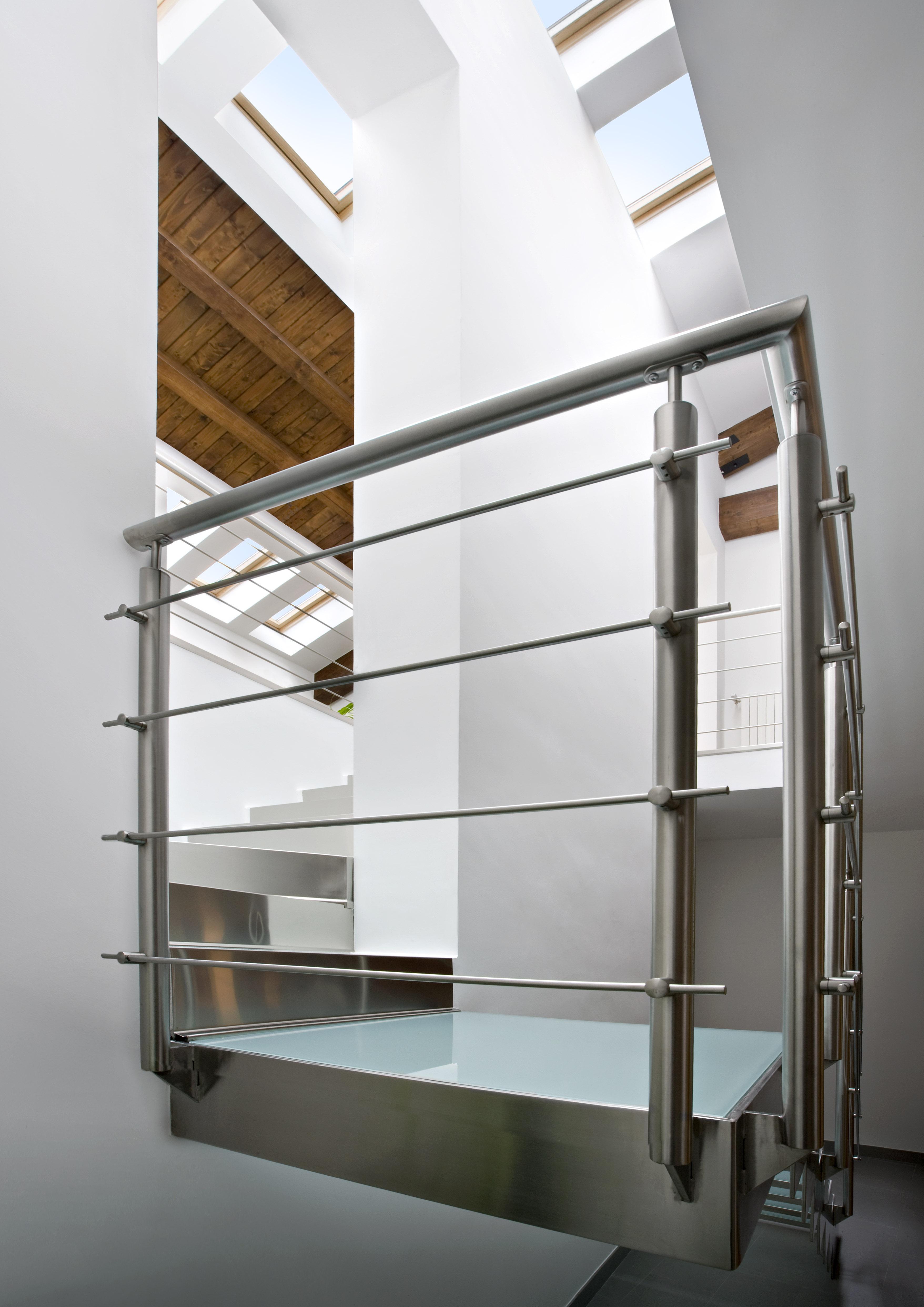 La scala con le finestre sul tetto