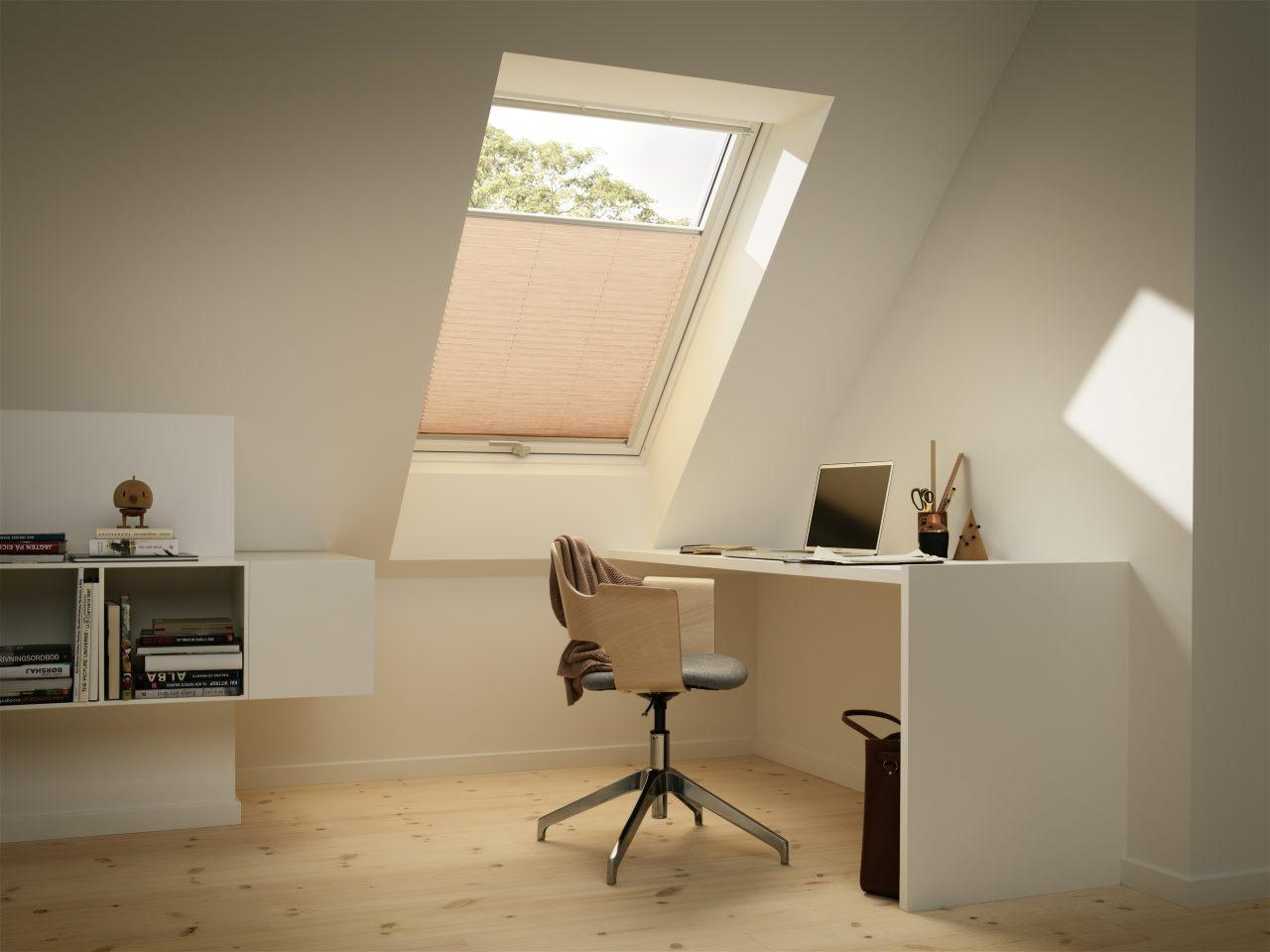 Tende filtranti plissettate filtrano la luce e isolano for Tende per finestre sottotetto