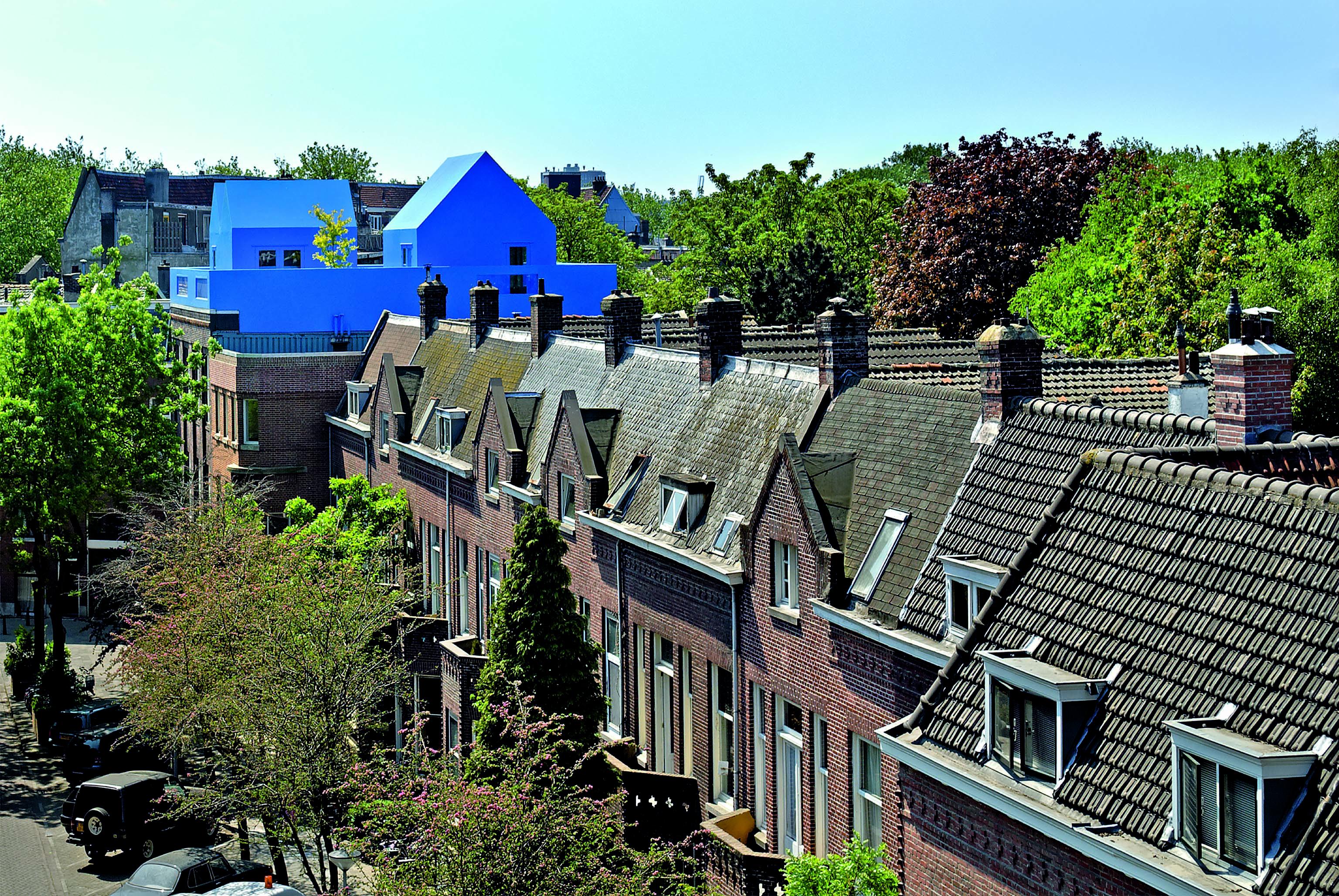 Il tetto blu è visibile anche da lontano