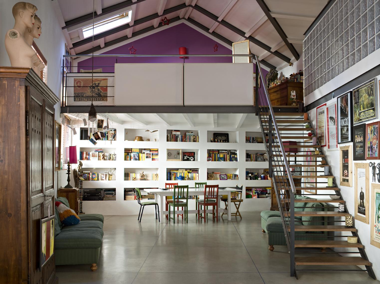 Un loft in stile vintage con soppalco casa luce for Arredamento loft