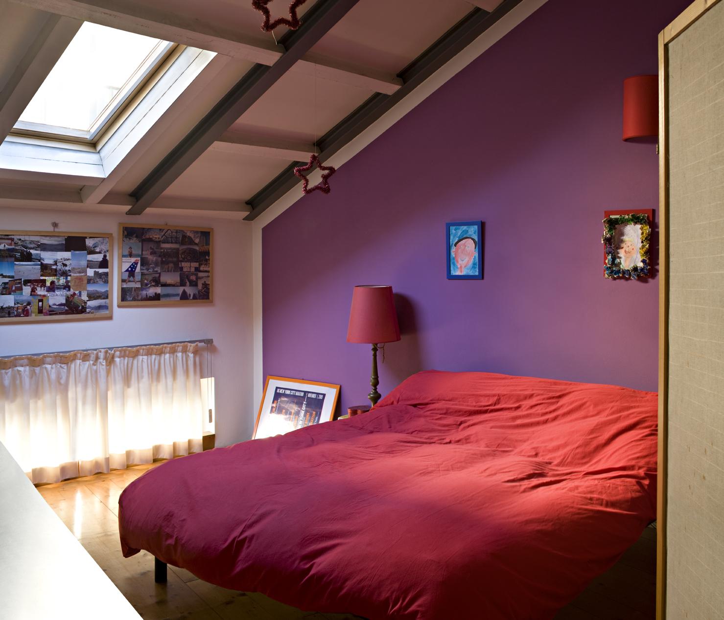 La finestra per tetti in camera con l'oscurante