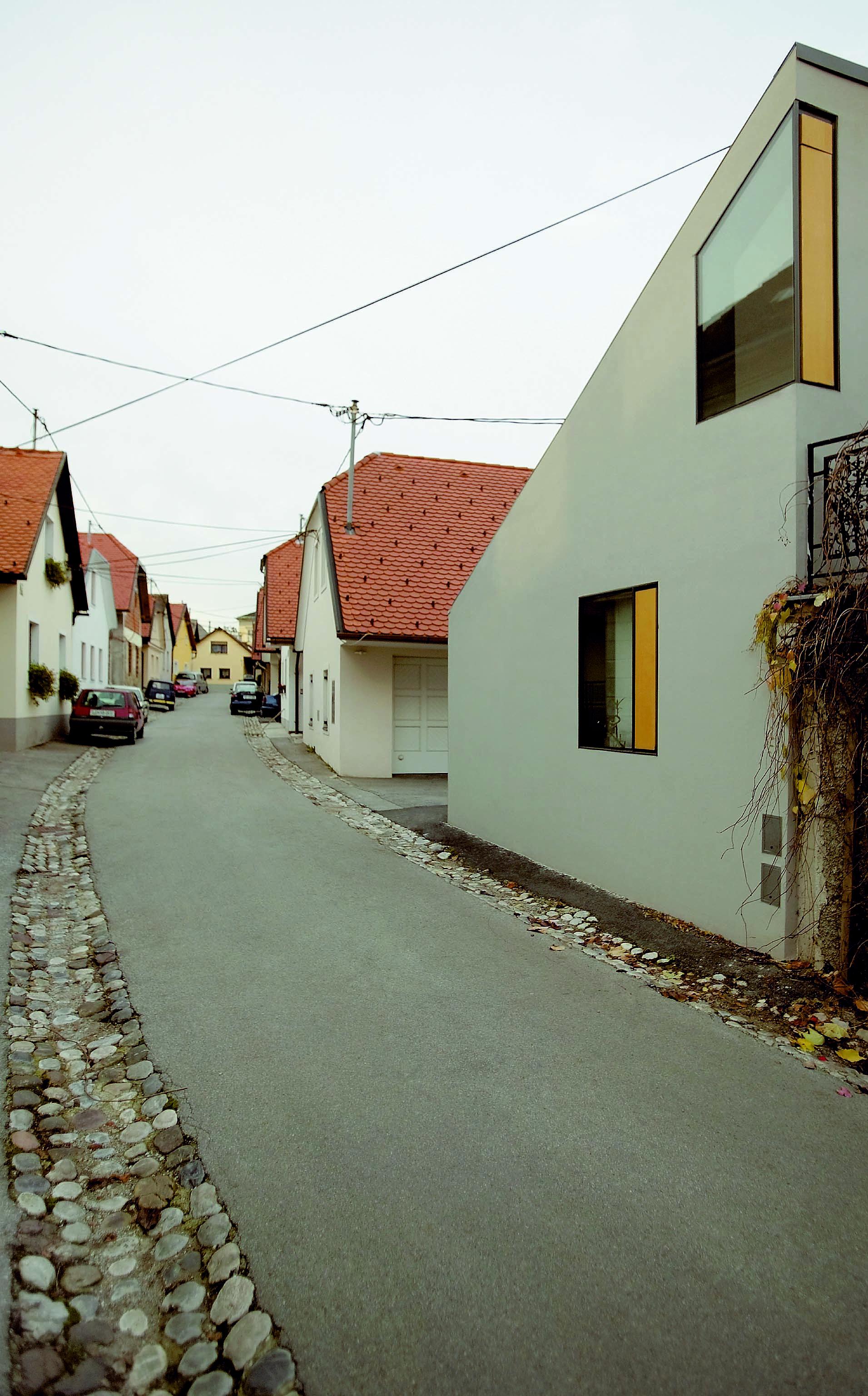 L'esterno della casa inserito nel quartiere
