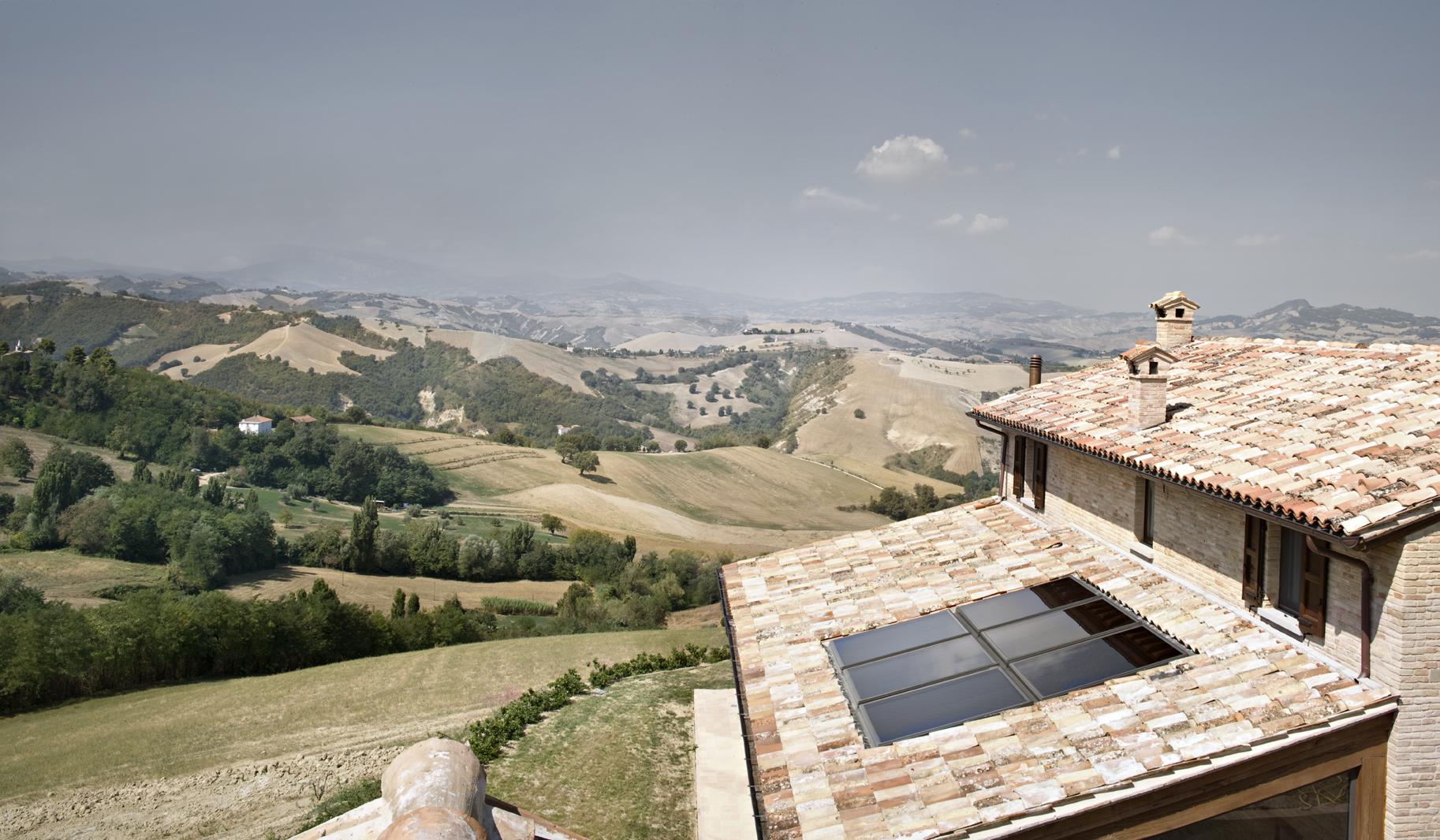 I pannelli solari sul tetto della piscina