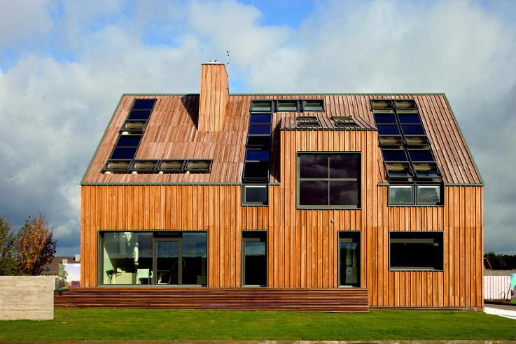 Edificio con l'aspetto di un solido con poche estensioni, legate alle diverse funzioni della casa
