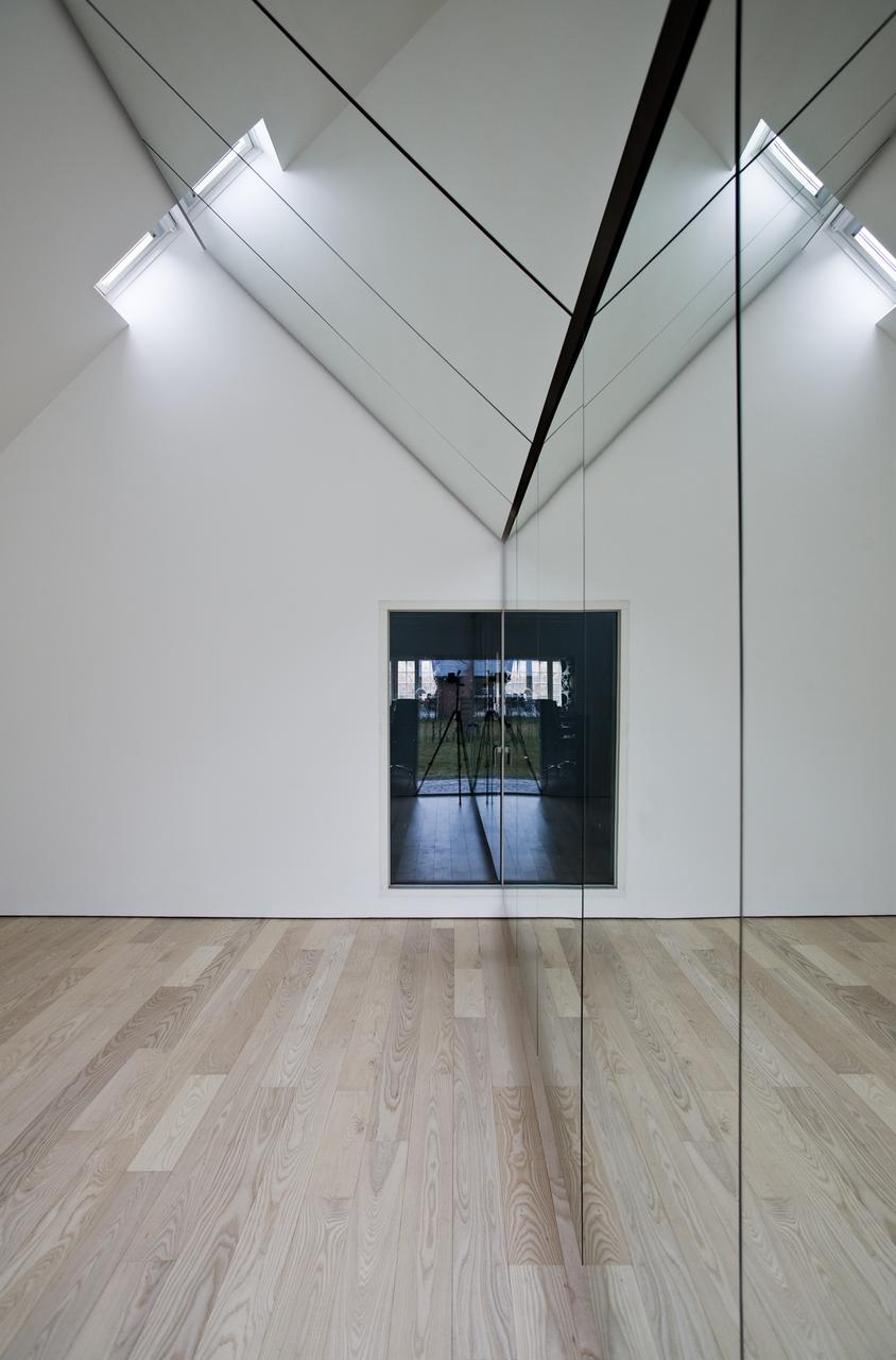 Lo specchio sulla parete dilata lo spazio