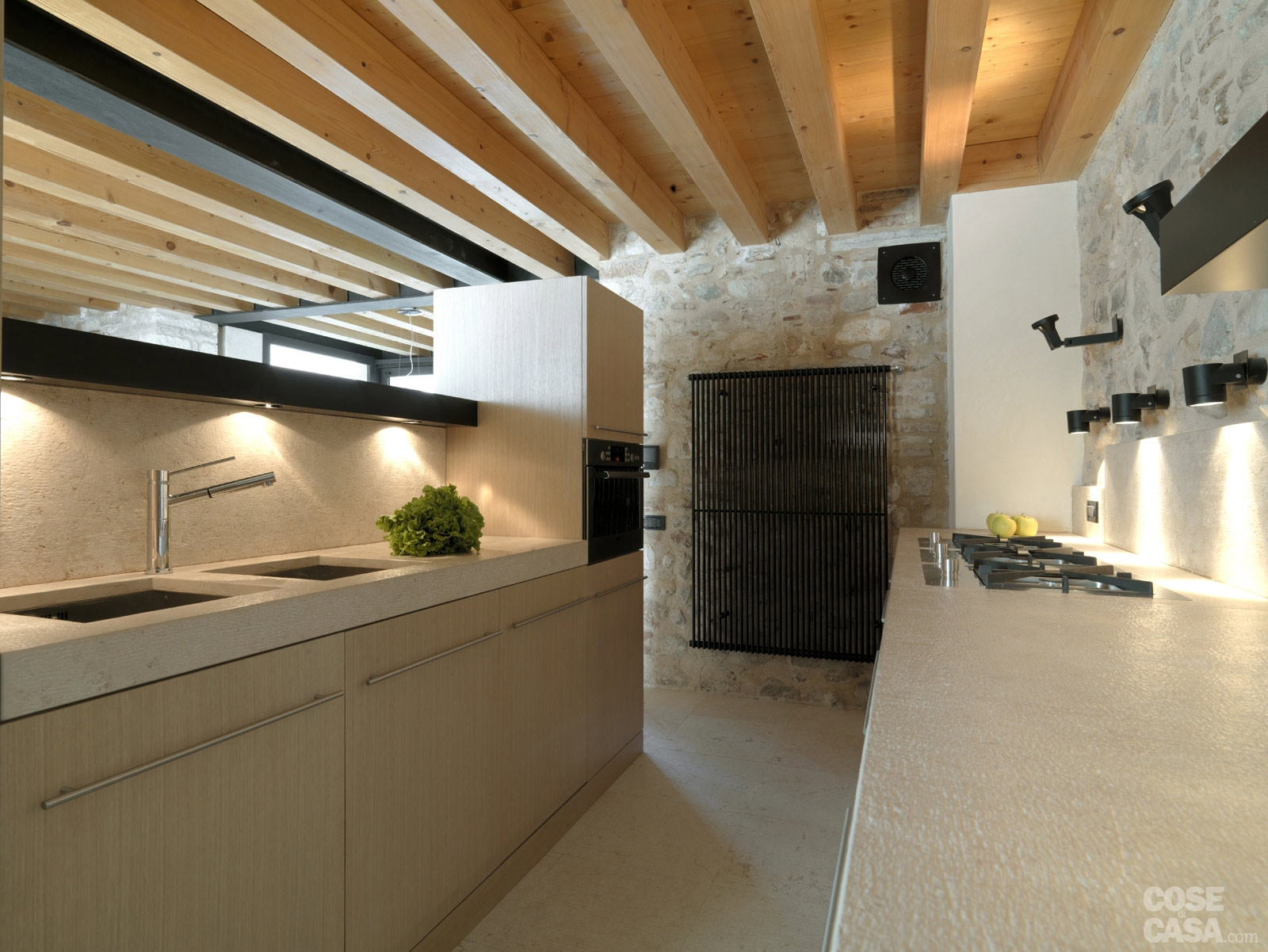 Arredare la mansarda con materiali naturali idee di for Piani di casa con camino a doppia faccia