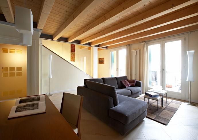 Salotto mansarda tetto in legno for Casa moderna con tetto in legno