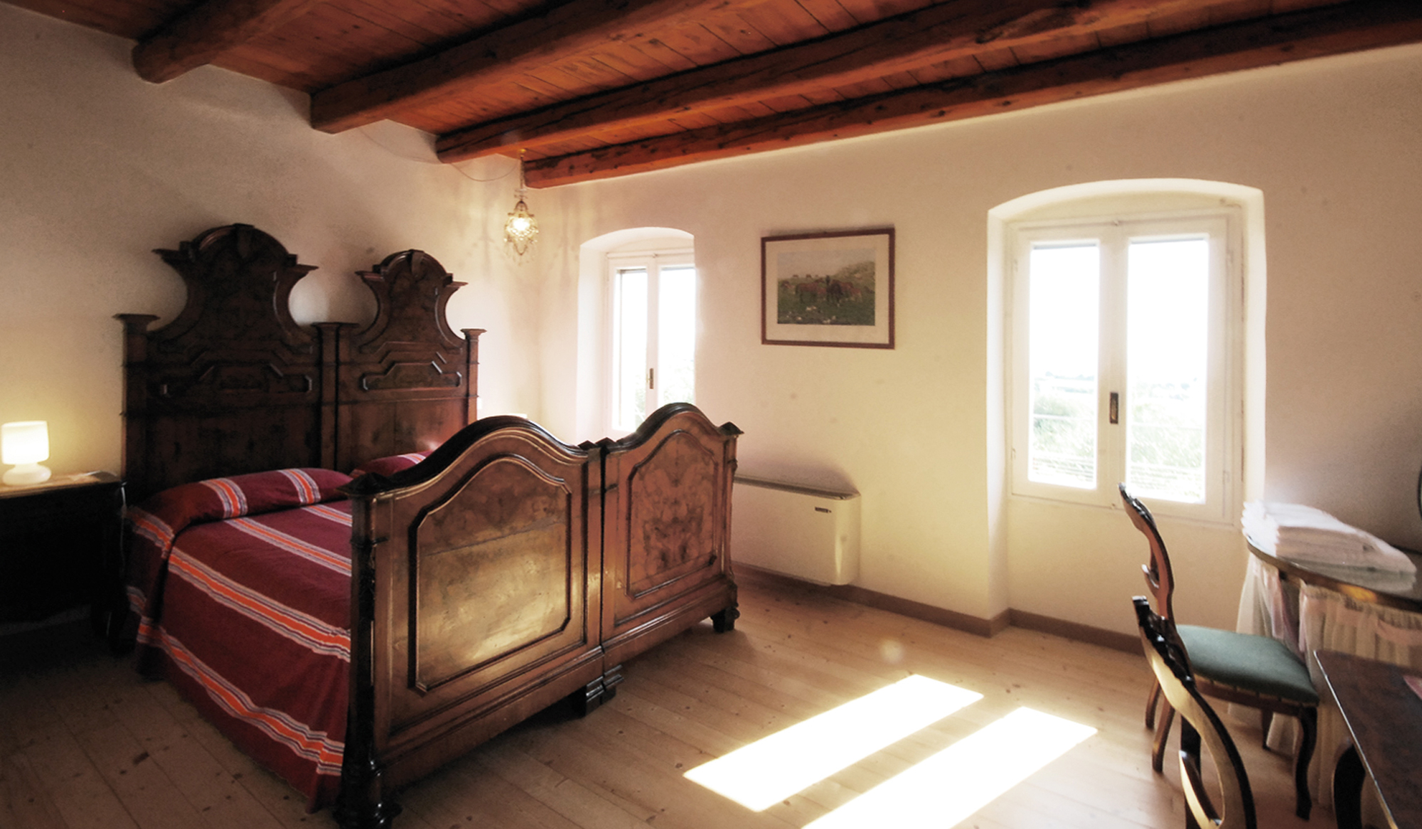Una camera con i vecchi mobili classici restaurati