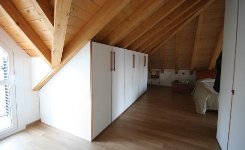 Mobili e armadi nella camera da letto in mansarda - I mobili nel guardaroba ...