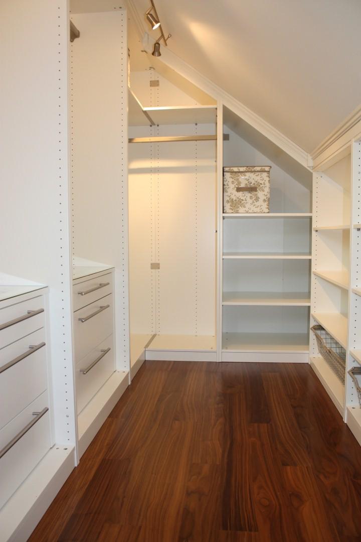 mobili e armadi nella camera da letto in mansarda