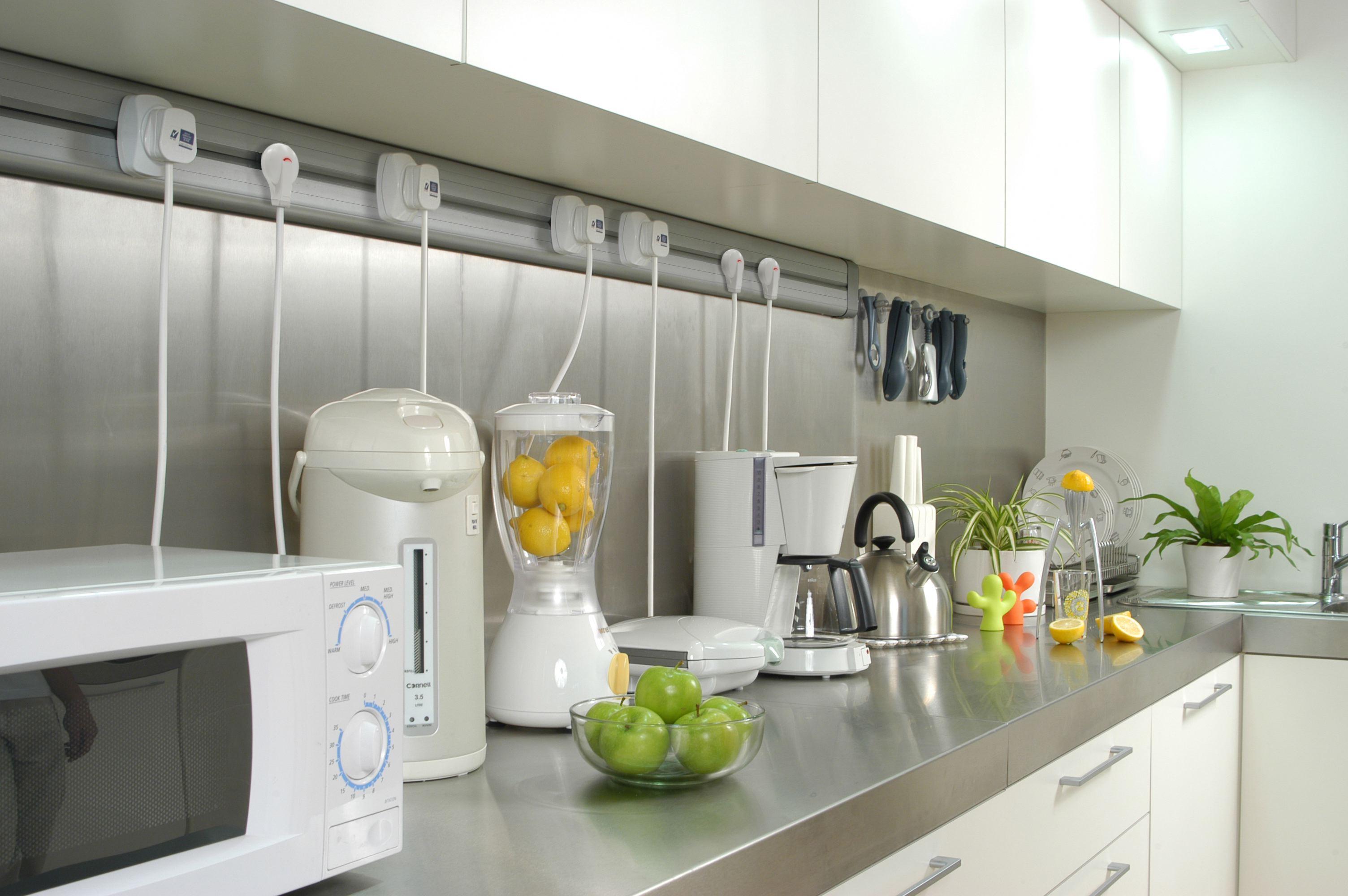 4 soluzioni per nascondere cavi e prese - Prese a scomparsa cucina ...