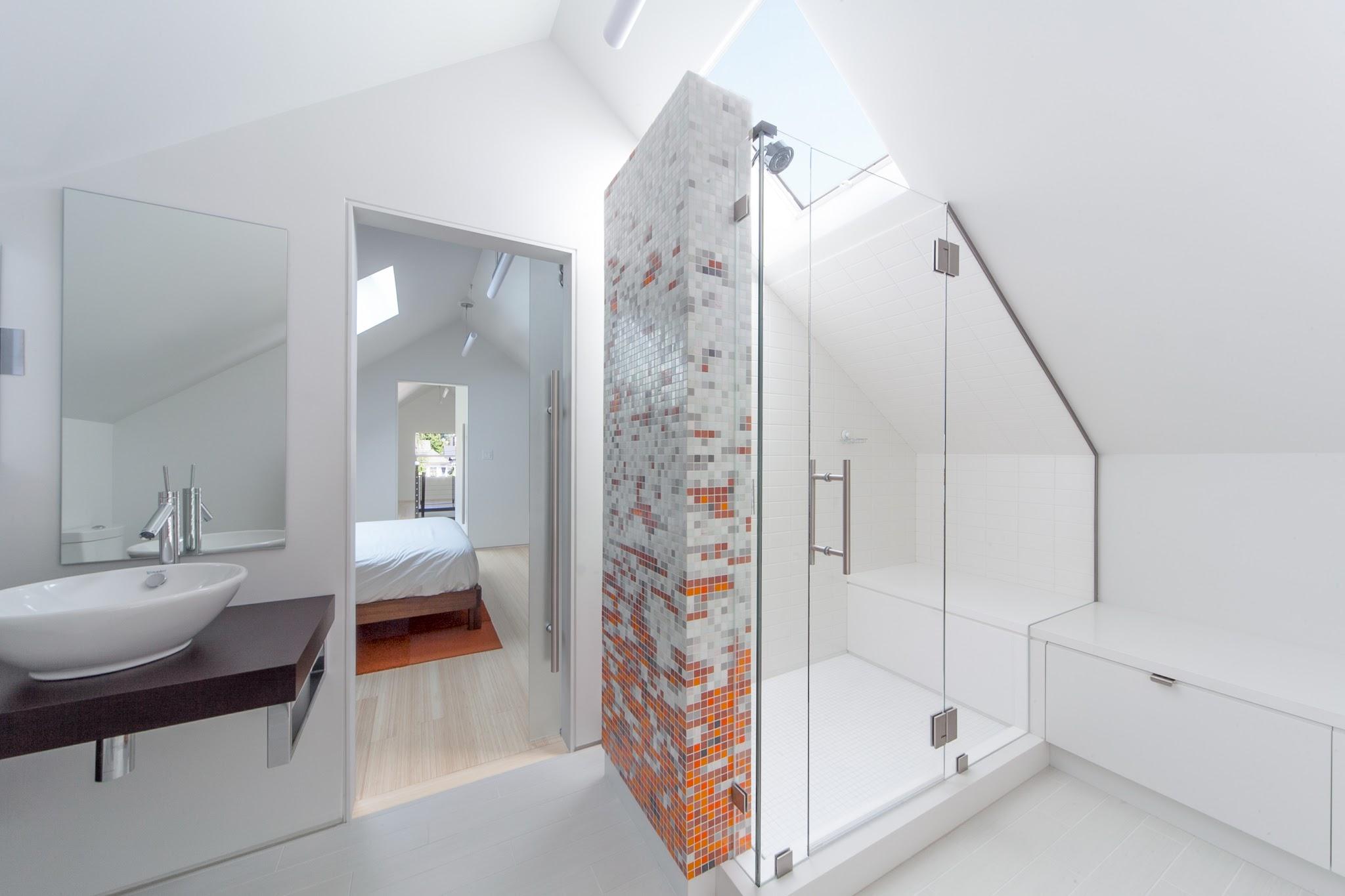 Bagni con doccia nel sottotetto mansarda