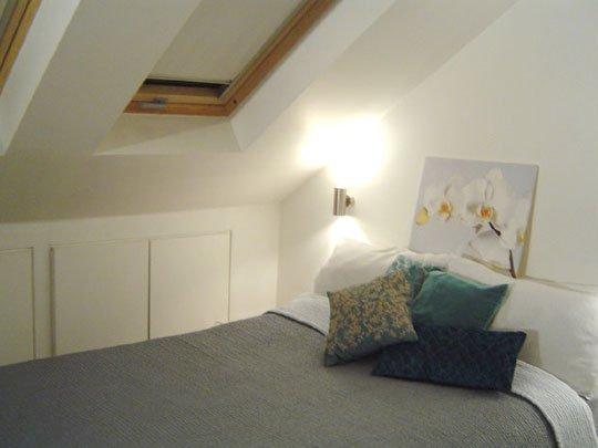 Utilizzo degli spazi in una piccola mansarda - Camera da letto sottotetto ...