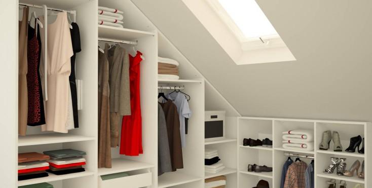 6 modi per organizzare il guardaroba in mansarda - Cabina armadio con finestra ...