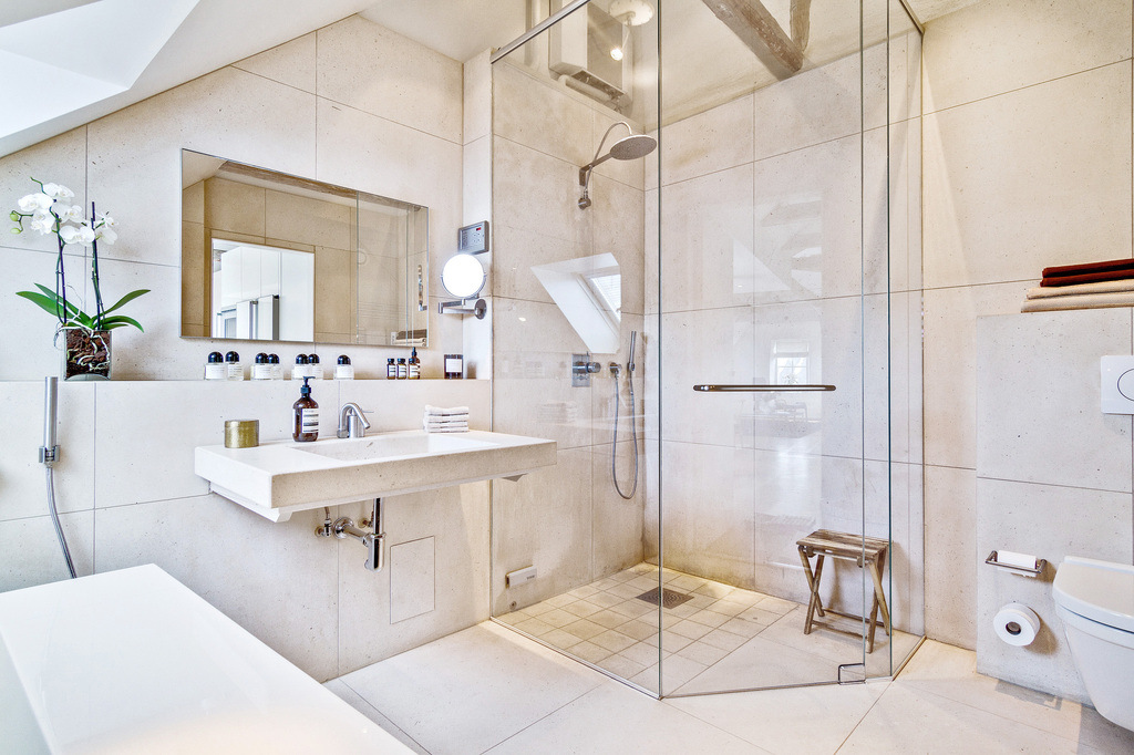 Cucina soggiorno open space piccolo idee per il design della casa - Divano davanti porta finestra ...