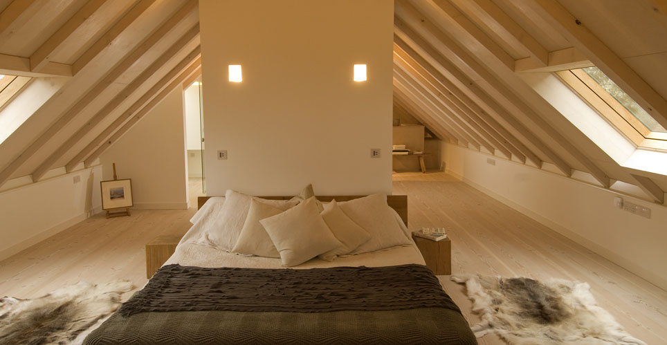 ... con il tetto e il pavimento in legno naturale e le pareti color crema