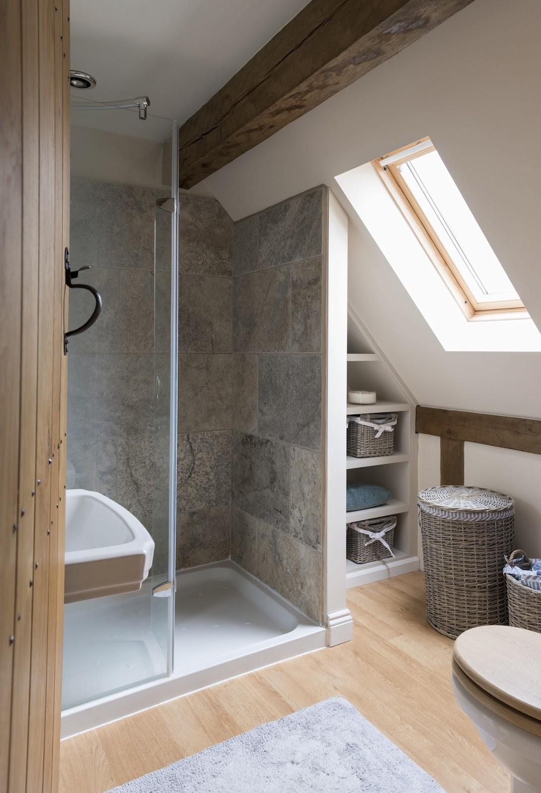 7 bagni con doccia nel sottotetto - Panca sotto finestra ...