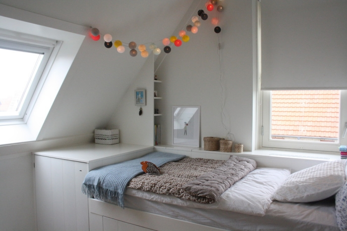 Jugendzimmer-mit-Dachschräge-Dekoration-Lichterkette-modern