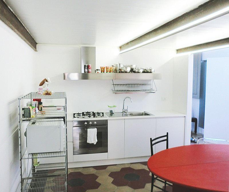 Una mansarda con soppalco nel cuore di torino - Cucina con soppalco ...