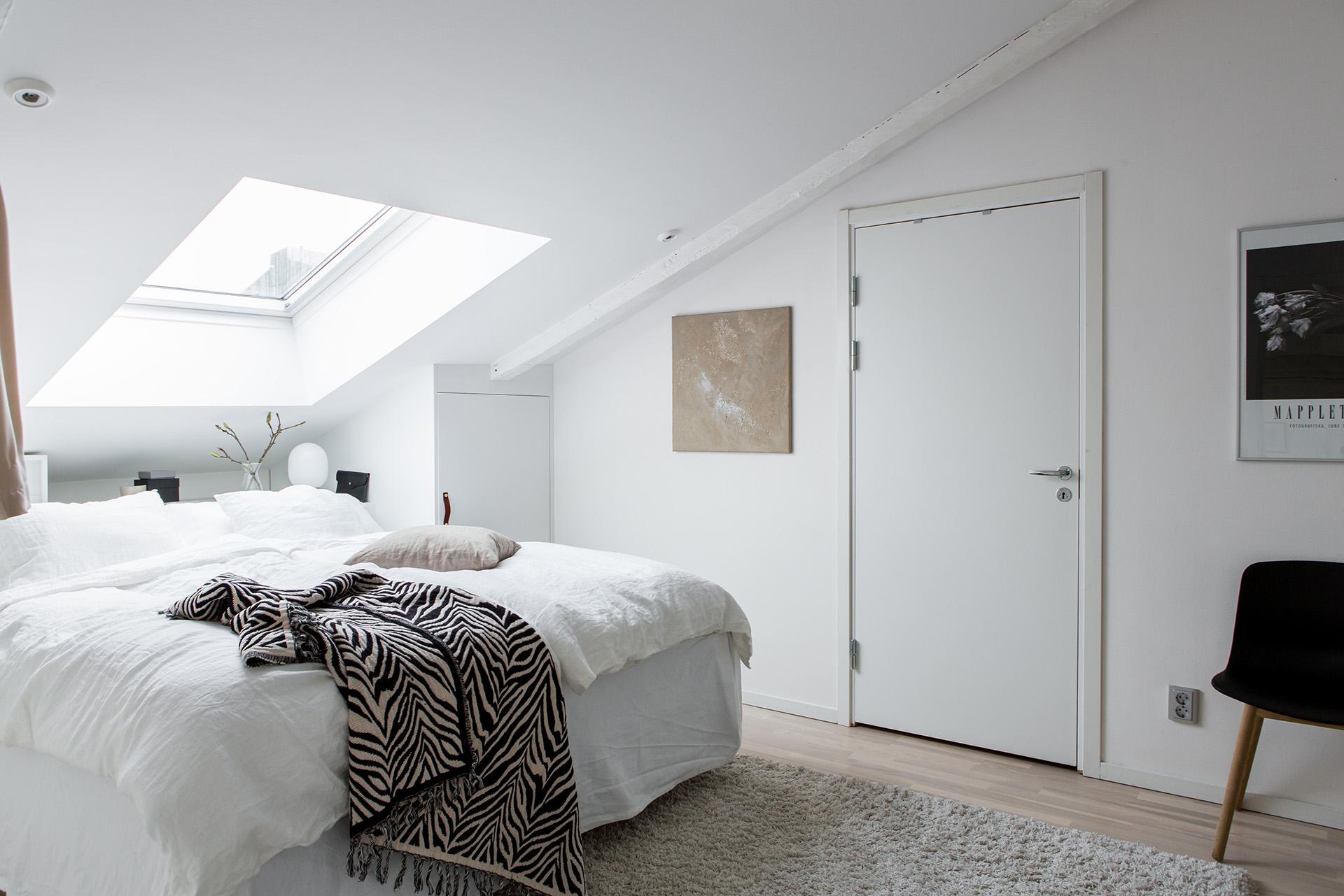 Come arredare una camera da letto in mansarda - Come illuminare la camera da letto ...