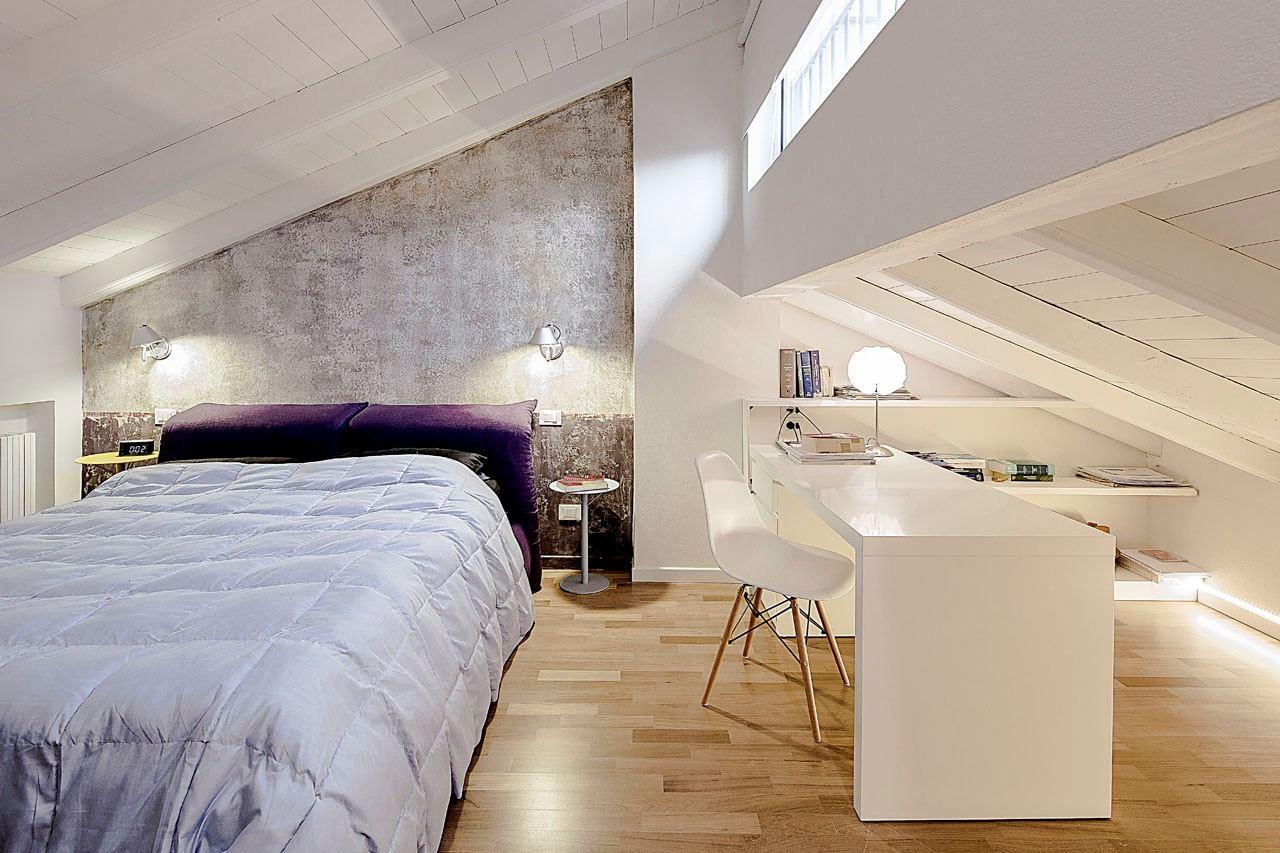 Una mansarda che sfrutta al meglio gli spazi pi bassi - Paravento camera da letto ...