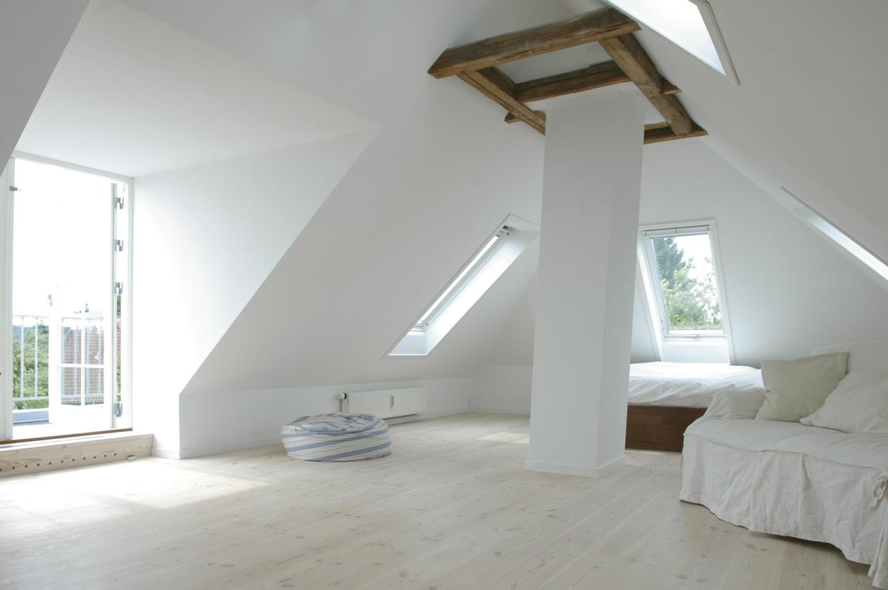 Vivere in un ambiente a doppia altezza for Mansarda in legno bianco