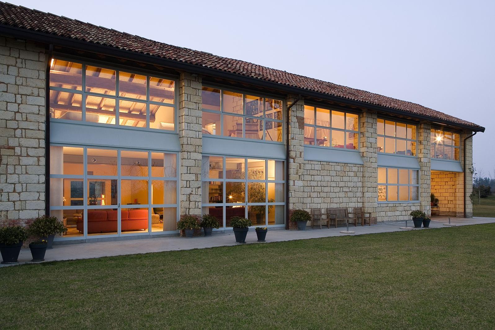 La riqualificazione di una cascina di campagna for Moderni piani di casa del fienile