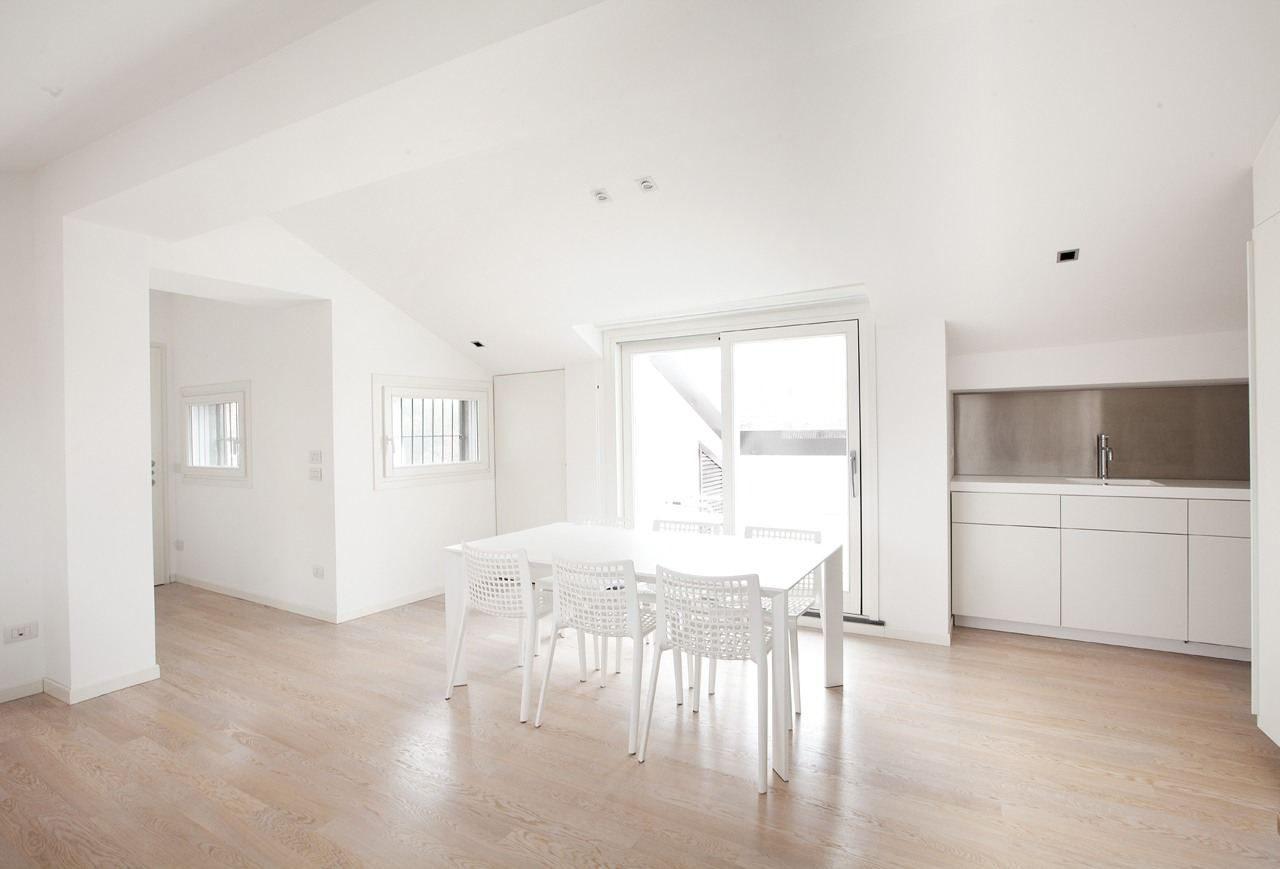Una mansarda tutta bianca for Davanzali interni per finestre