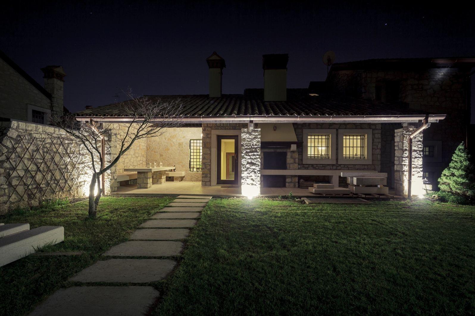 Una villa su due livelli in valpolicella for Architettura ville moderne