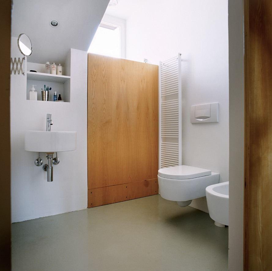 Una mansarda minimalista - Bagno in mansarda ...