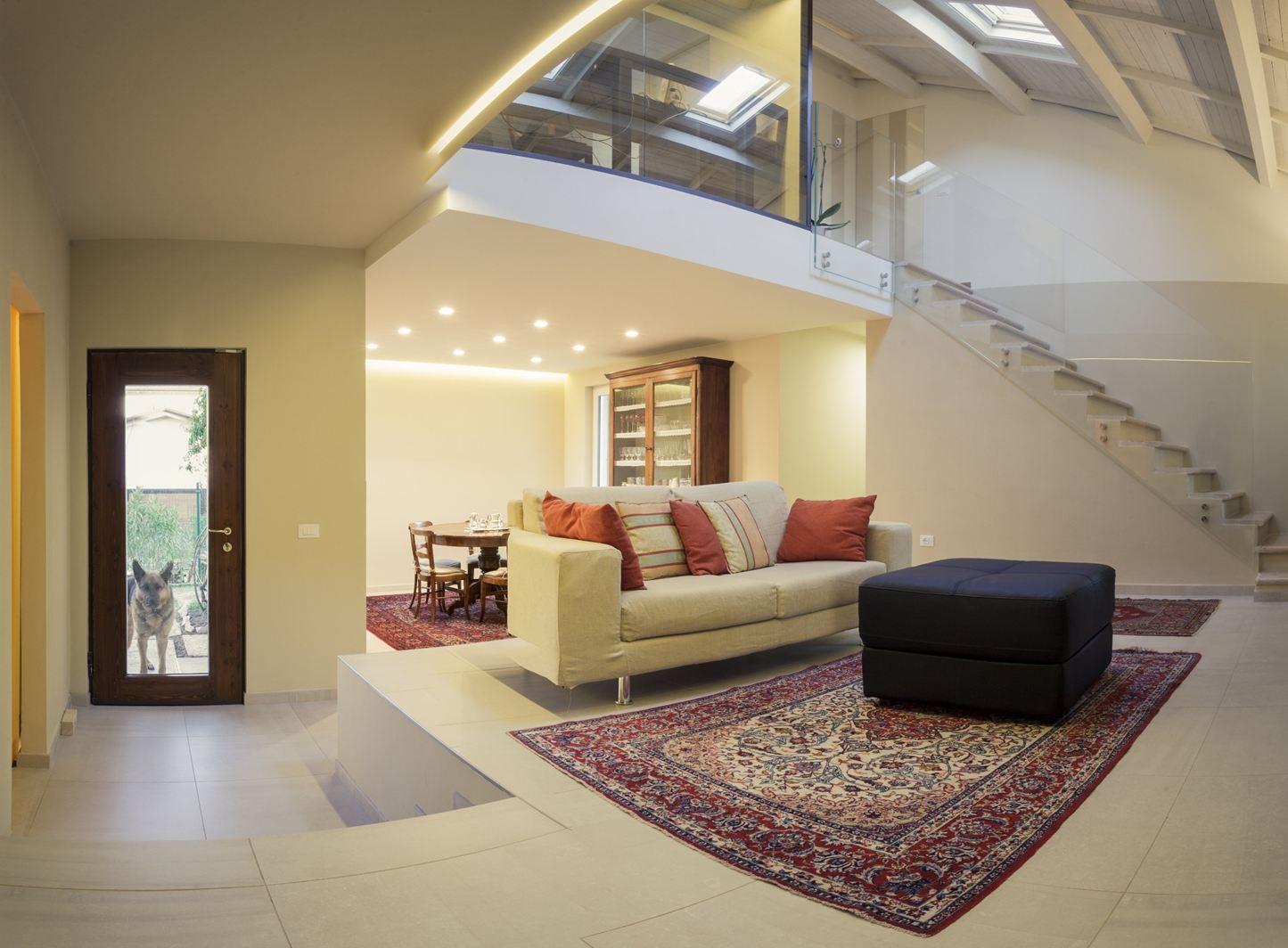 Una villa su due livelli in valpolicella for Case ristrutturate interni