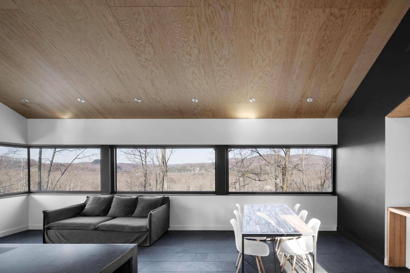 ... camera da letto, in cui una finestra a tutta altezza delimita ed