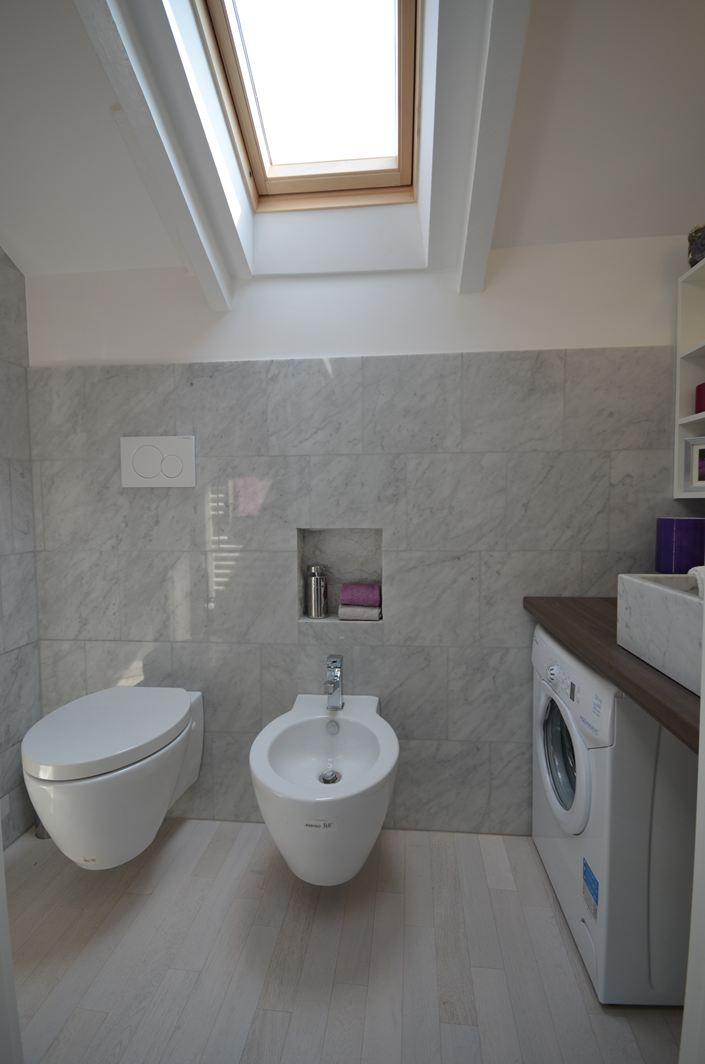 Una mansarda con soppalco piccola ma funzionale - Quanto costano i sanitari del bagno ...