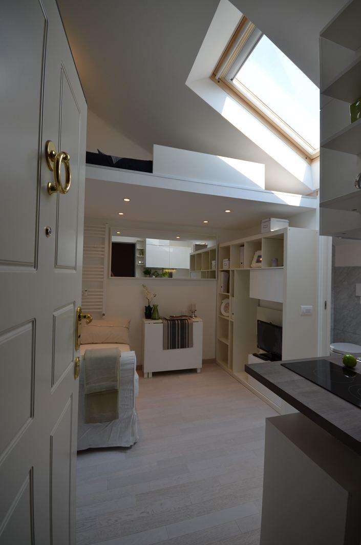 Una mansarda con soppalco piccola ma funzionale - Illuminazione ingresso casa ...