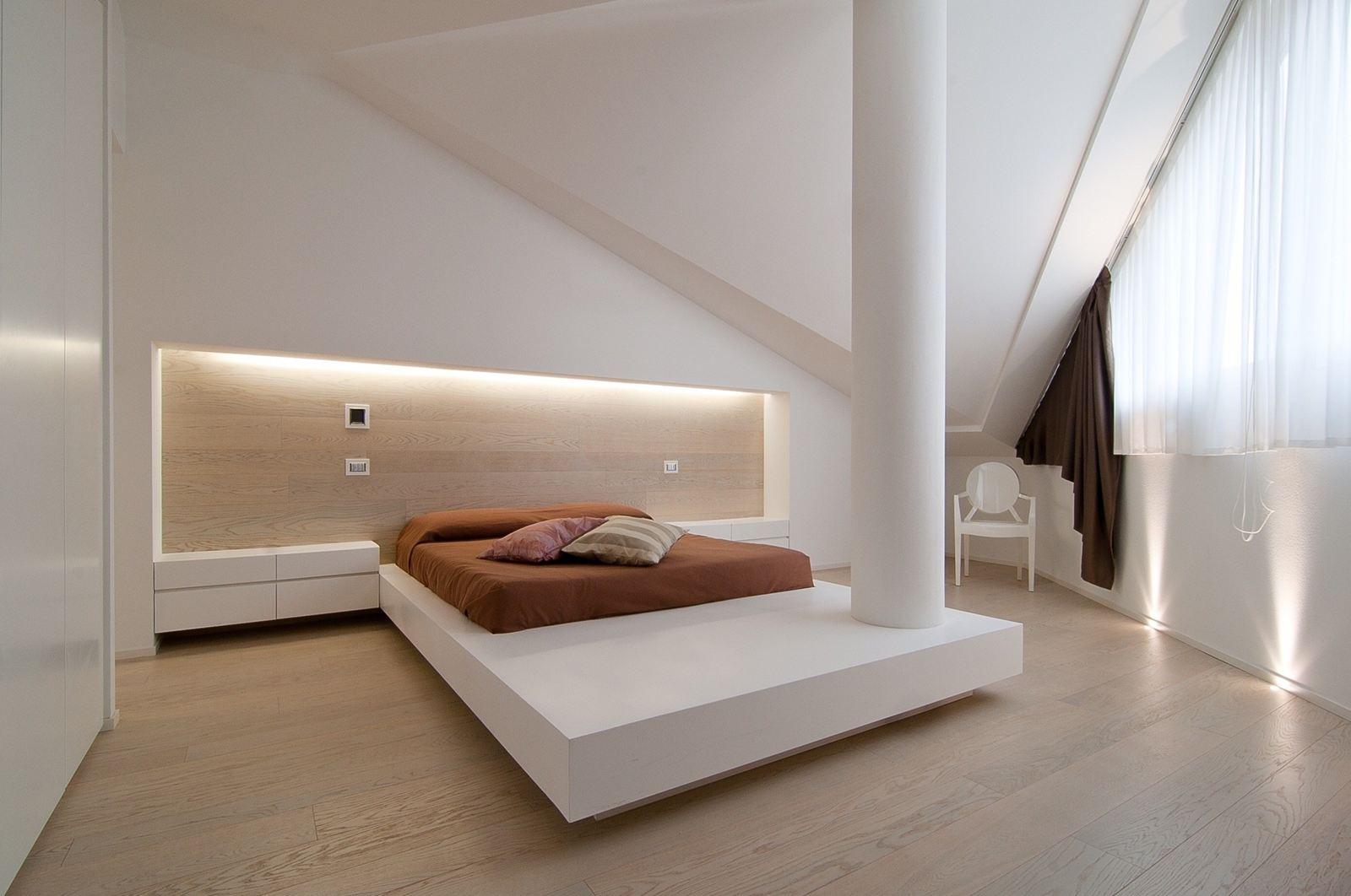 un attico luminoso su due piani