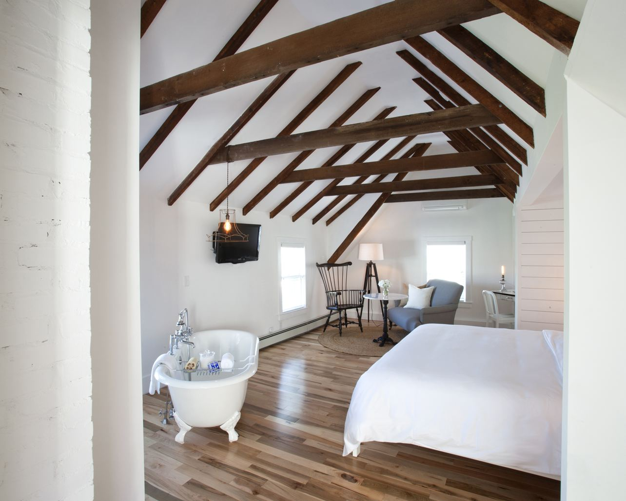 Una grande casa con il tetto in legno for Aggiunte di saltbox house