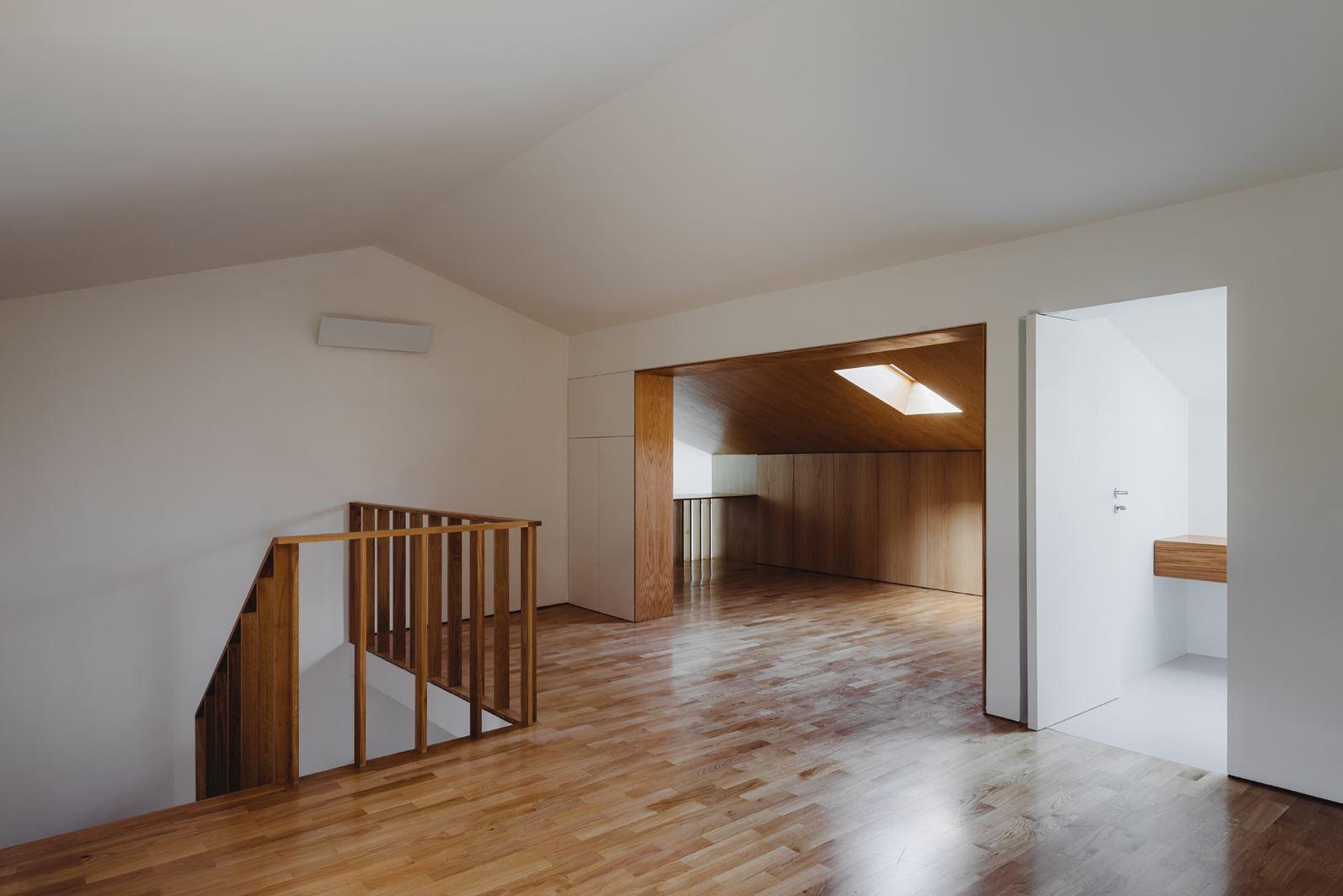 Un appartamento tra legno e luce for Mobili per mansarde ikea