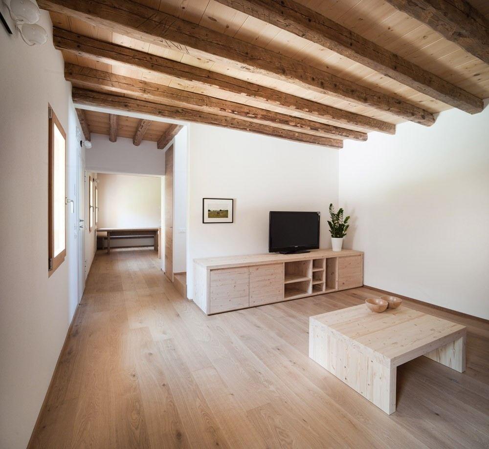 L 39 ampliamento di un antico edificio for Mansarda in legno bianco
