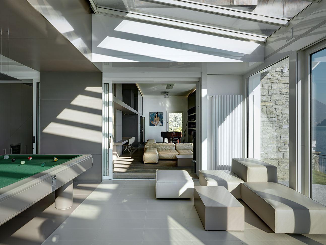 Una villa con la zona ospiti in mansarda for Proiettato in veranda con camino